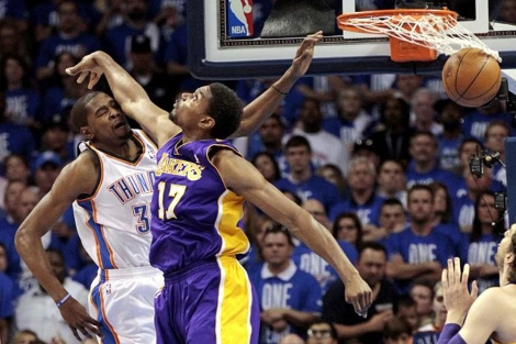 Andrew Bynum intenta taponar a Kevin Durant. | Reuters