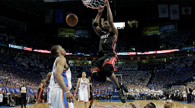 Chris Bosh encesta en un momento del partido. | Efe