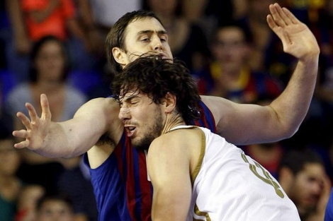 Lorbek frena a Ante Tomic en el quinto partido. | Efe