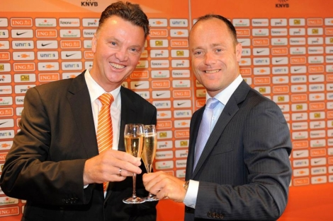 Louis Van Gaal brinda con Bert van Oostveen durante su presentacin. | Reuters