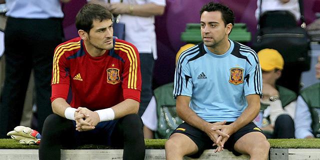 Iker Casillas y Xavi Hernández, antes de la final de la Euro'12. | EFE