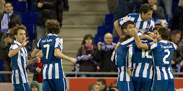 Los jugadores del Espanyol celebran uno de los goles. | EFE