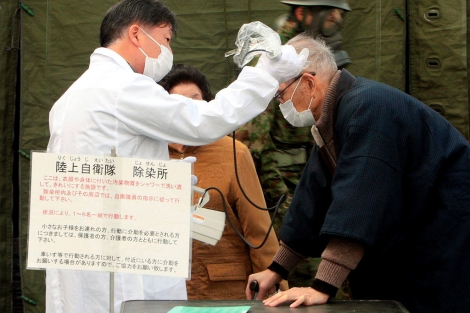 Un médico mide la radiación de un residente de Otama, cerca de Fukushima. | Efe