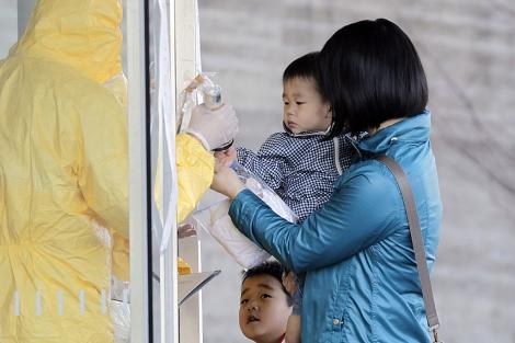 Un técnico mide los niveles de radiación en la localidad de Nihonmatsu.| Yuriko Nakao