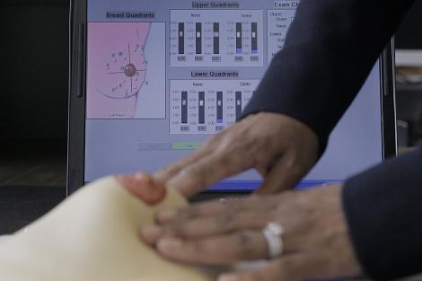 Un simulador para explorar el pecho.| AP | M. Spencer Green