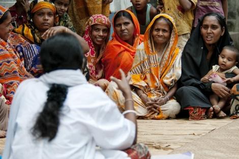 Charla de prevención en una aldea de Bangladesh. Vea más fotos. | The Global Fund. Thierry Falise