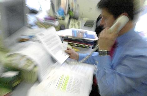 Un empleado en su puesto de trabajo en la oficina. | Foto: El Mundo