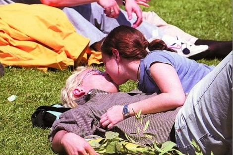 Dos jóvenes besándose. | Santi Cogolludo | El Mundo