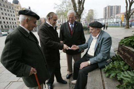 Un grupo de ancianos en un parque. | Mitxi | El Mundo
