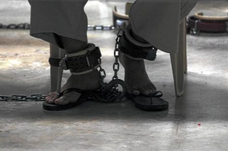 Preso de Guantánamo con grilletes en los tobillos. | Brennan Linsley