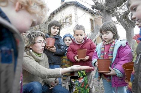 Niños cuidando sus plantas en un colegio de Vitoria. | El Mundo.