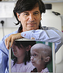 López Otín junto a la imagen de un niño con progenia. | E. Alonso