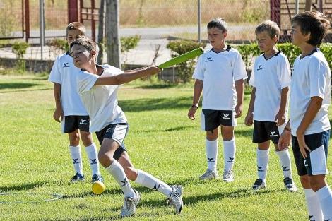 Un grupo de niños juega al béisbol. | El Mundo
