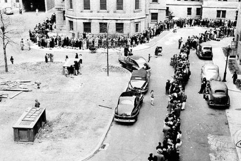 Cientos de personas hacen cola para vacunarse en Nueva York en 1947.  CDC