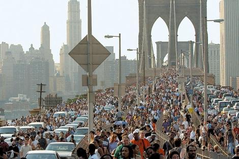 Miles de neoyorquinos cruzan a pie el puente de Brooklyn. | AP