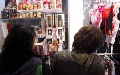 Dos mujeres examinan un consolador en un 'sex shop'. | Vicent Bosch