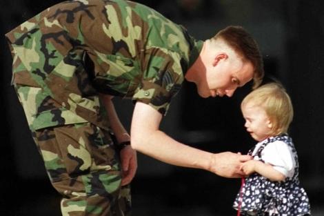 Un soldado se despide de su hijo antes de partir al frente. | El Mundo