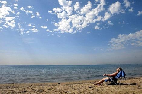 Una mujer tomando el sol en una tumbona. | Domènec Umbert