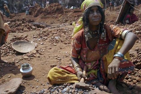 Una mujer trabajando en las minas de mica de Palamur (India). | Foto: Josh Chin