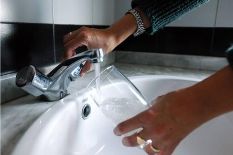 Los especialistas aconsejan beber de 1,5 a dos litros de agua al día. | Foto: Carlos Arranz.