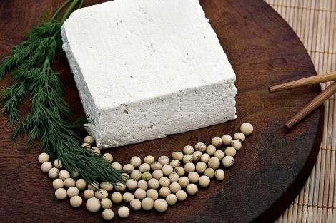 Tofu y grano seco de soja. | Foto: Shutterstock