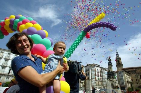 Suelta de globos en Vitoria. | Foto: Javier Martín