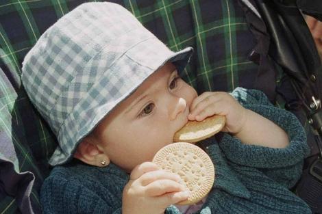 Una niña comiéndose una galleta. | Foto: Bragimo