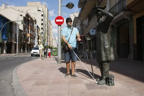 Jorge Tomás camina por una calle de Castellón con el nuevo dispositivo. | Juan Martí