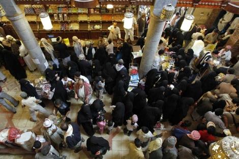 Hombres y mujeres se mezclan en un mercado de Yemen.| Reuters