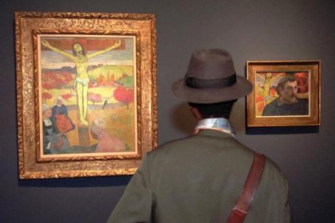 Un visitante observa la estética de un cuadro en el Museo de Orsay (París, Francia). | AP