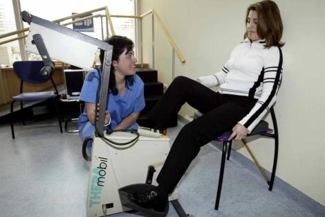 Una paciente con esclerosis múltiple acude a fisioterapia. | Foto: David de Haro