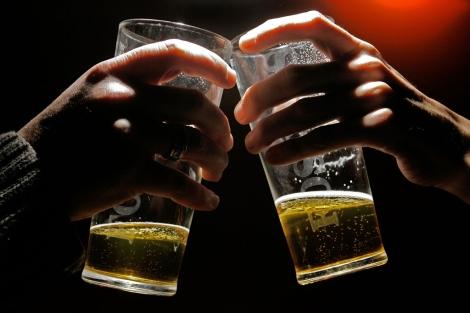 Dos hombres brindan en un bar. | Afp