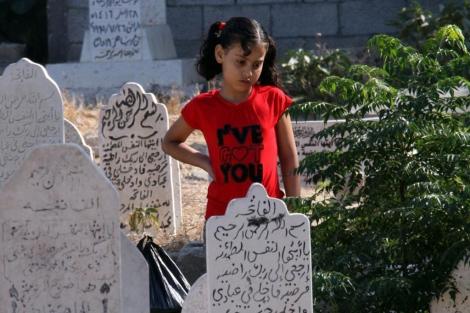 Una niña palestina en el cementerio Sheikh Redwan, en Gaza. | M. Saber
