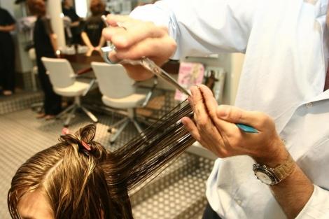 Los peluqueros pueden detectar lesiones sospechosas en el cuero cabelludo. | Diego Sinova
