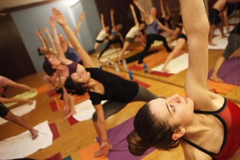 Varios alumnos practican la postura del triángulo. | Antonio M. Xoubanova