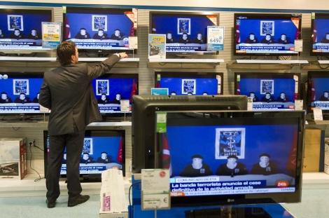 Televisores con la noticia del cese de la violencia armada de ETA. | Mitxi