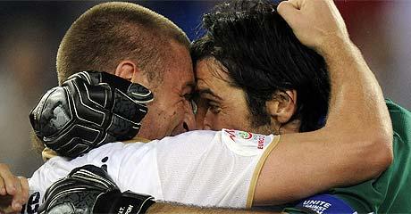 Abrazo entre De Rossi y Buffon. (Foto: AFP)