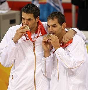 Reyes y Caldern besan la medalla. (Foto: EFE)