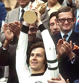 Beckenbauer_con_trofeo.jpg