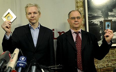 Julian Assange (i) y el banquero Rudolf Elmer muestran la nueva información de WikiLeaks. | Efe