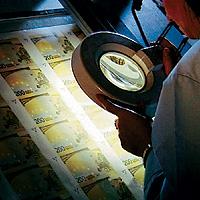 ¿Por qué no puede falsificar billetes en casa?...