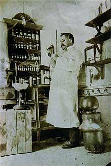El farmacéutico Bernabé Fernández Sánchez, a principios del siglo XX.