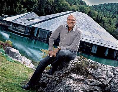 LAS OFICINAS. El dueño de Red Bull frente a la sede central de su empresa en Salzburgo (Austria).
