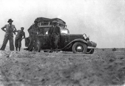 En el desierto. De izquierda a derecha, él médico Enrique Power, el periodista Federico Santander, el mecánico Marcelo San José y Enrique Mazariegos, en Jordania, en el otoño de 1935.