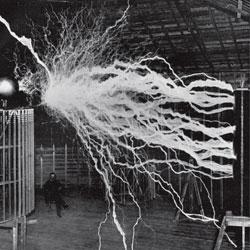 Relámpagos. Tesla efectúa un experimento para trasladar electricidad sin cables en su casa de Nueva York, en 1911.