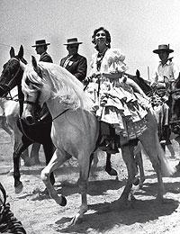 Recuerdos. La reina Sofía, en 1984, junto a los romeros de una de las hermandades del Rocío.
