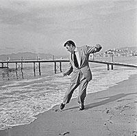 Una estrella en la orilla. En 1954 el festival de Cannes premió a Robert Mitchum. El actor norteamericano echó un baile en las playas de la Costa Azul y el fotógrafo de origen ruso Leo Mirkine estaba allí para inmortalizarlo.