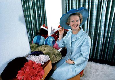 Enero de 1971. Margaret Thatcher elige un sombrero a juego con su abrigo de verano de entre su abundante colección de tocados. Por entonces, era ministra de Educación. La foto es de Selwyn Tait.