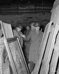 Tesoros perdidos. Eisenhower inspecciona algunas de las pinturas robadas por los alemanes que estaba escondidas en una mina de sal.