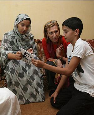 La diputada Rosa Díez, junto a los hijos de Aminatu Haidar. Foto: EL MUNDO.